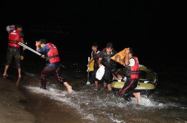 Thi the tre di cu dat vao bo bien Hy Lap hinh anh 1 Người tị nạn cố gắng tiếp cận đảo Kos, Hy Lạp trong hành trình tới châu Âu. Ảnh: