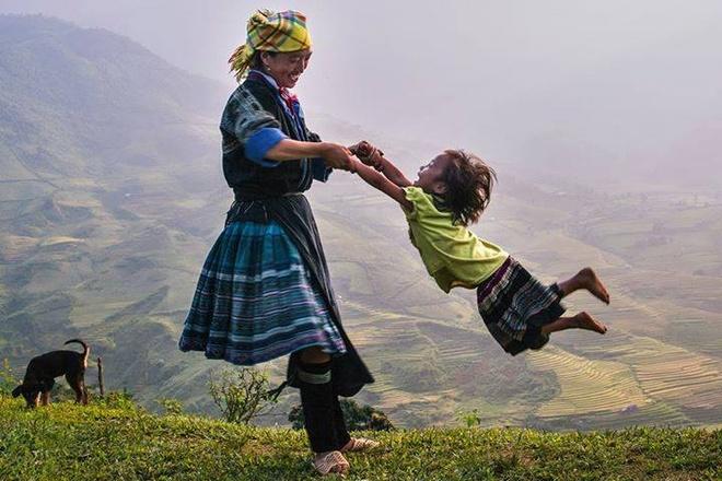 Hoàng Hải Thịnh chụp tác phẩm Hai mẹ con chơi đùa với nhau tại Yên Bái. Ảnh: Nguyễn Hải Thịnh