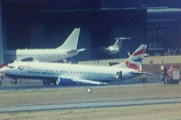 Phi co ha canh khan cap vi rung banh hinh anh 1 Cánh trái của máy bay vỡ vì phi cơ tiếp đất không có bánh.