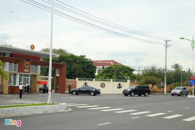 Đoàn xe chở Bộ trưởng Quốc phòng Nhật đến Học viện Hải quân ở Nha Trang, Khánh Hòa. Dự kiến Bộ trưởng Gen Nakatani sẽ có bài phát biểu ở đây. Ảnh: Hải An.