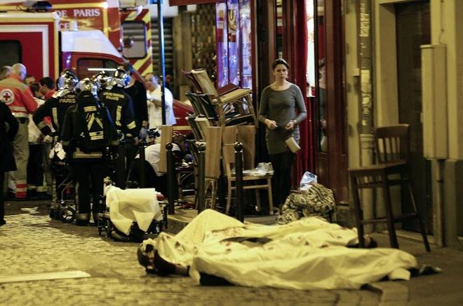 Hien truong 'nhu ngay tan the' sau vu khung bo o Paris hinh anh 14 Thi thể nạn nhân nằm trên con đường ở quận 10 thủ đô Paris. Ảnh: AP