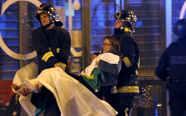 Nhân viên y tế đưa người bị thương lên xe. Các công tố viên Pháp cho hay, ngoài 5 tênkhủng bố bị cảnh sát tiêu diệt, những kẻ đồng lõa vẫn còn nằm ngoài vòng pháp luật. Trong số 4 tên khủng bố bị tiêu diệt tại nhà hát Bataclan, 3 kẻ đeo đai thuốc nổ, theo CNN. Ảnh: Telegraph