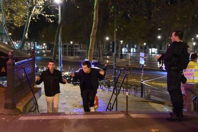 Hien truong 'nhu ngay tan the' sau vu khung bo o Paris hinh anh 11 Hai người đàn ông được sơ tán khỏi quảng trường Place de la Republique.  Người đứng đầu ngành cảnh sát Paris cho hay, tất cả những kẻ tấn công đã bị tiêu diệt, theo AP. Ảnh: AFP