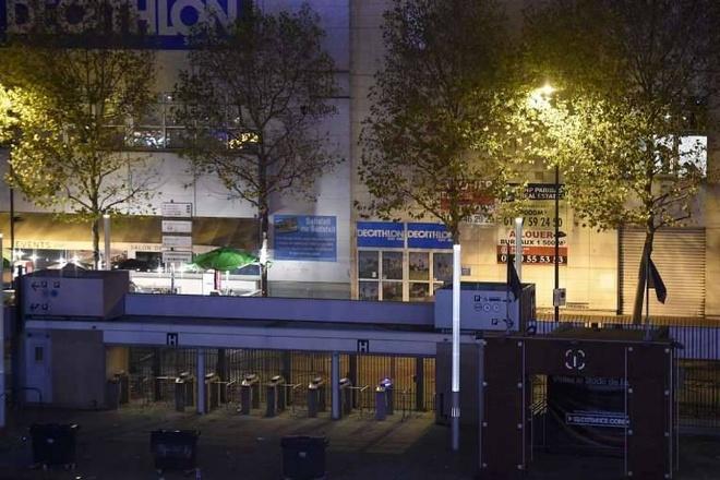 Một lối vào sân Stade de France, nơi 3 quả bom phát nổ, bị  phong tòa. Hơn 200 người bị thương, gồm 80 nạn nhân trong tình trạng nguy kịch, sau vụ tấn công liên hoàn, AFP dẫn nguồn tin an ninh cho hay. Ảnh: AFP