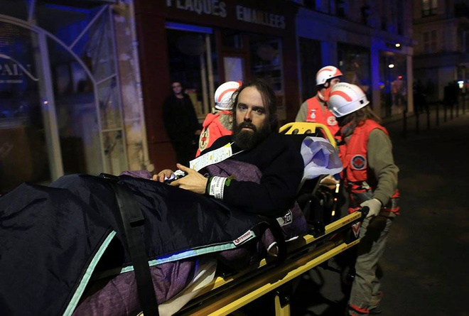 Người đàn ông bị thương không giấu được sự bàng hoàng sau vụ việc. Ảnh: AFP