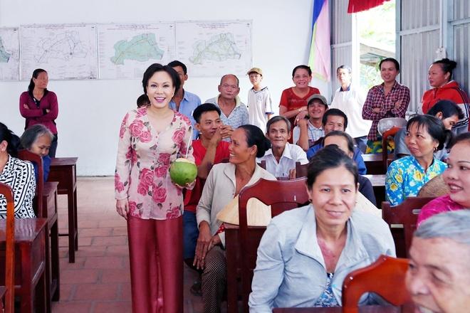 Viet Huong trao 100 phan qua cho nguoi ngheo dip Tet hinh anh 1