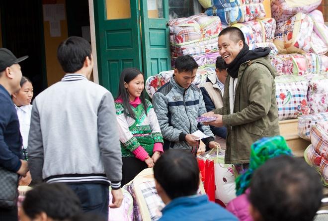 Tuan Hung trao qua Tet cho ba con vung cao hinh anh 1