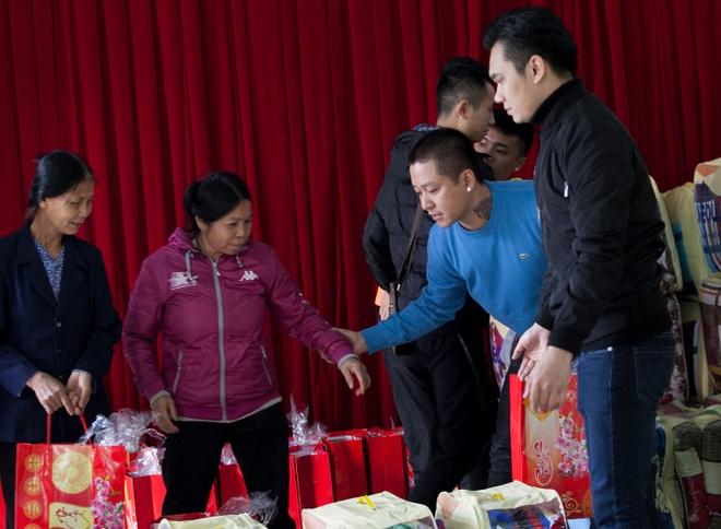 Tuan Hung trao qua Tet cho ba con vung cao hinh anh 3