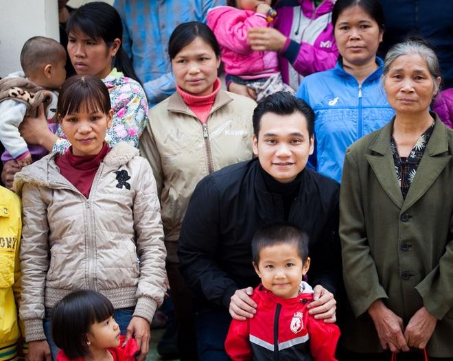 Tuan Hung trao qua Tet cho ba con vung cao hinh anh 5