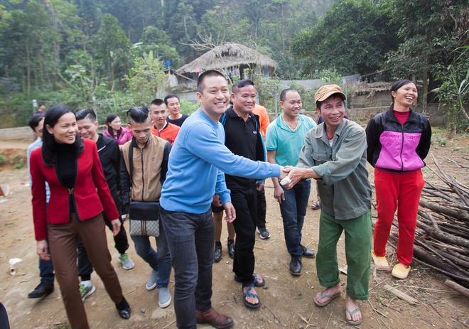 Tuan Hung trao qua Tet cho ba con vung cao hinh anh 10