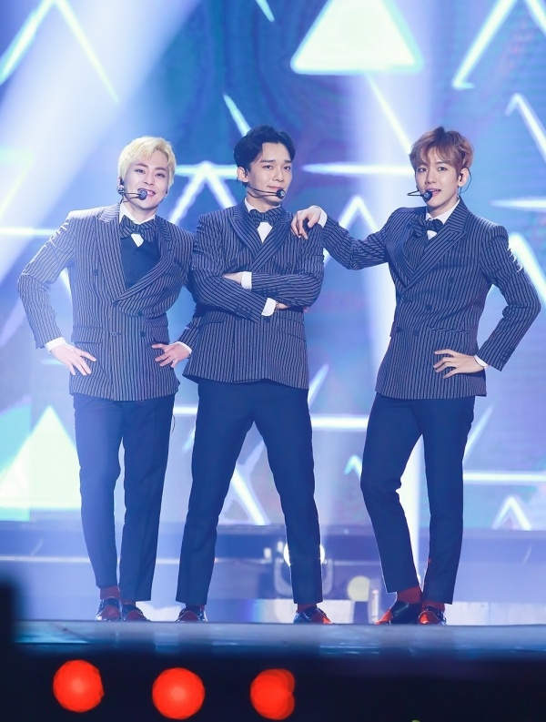 Baekhyun (EXO) bi phao hoa roi vao dau khi dang bieu dien hinh anh 1