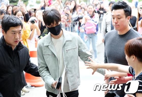 Fan xep hang dai tien Lee Min Ho len duong nhap ngu hinh anh