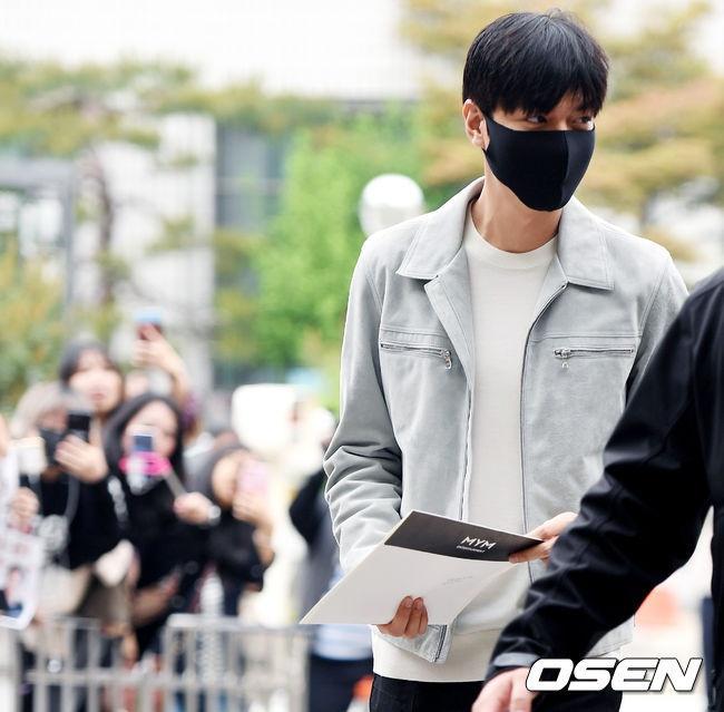 Fan xep hang dai tien Lee Min Ho len duong nhap ngu hinh anh 6