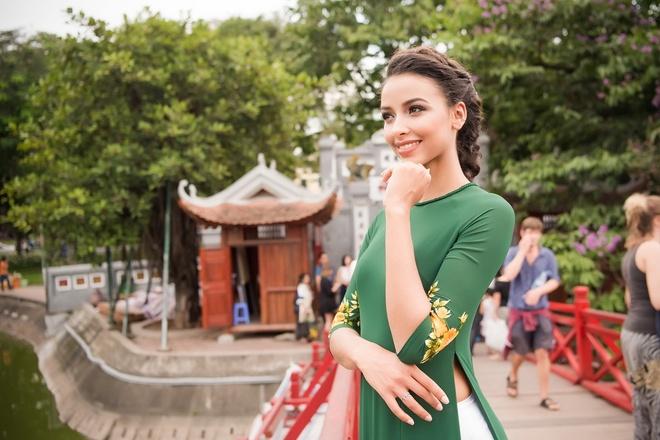 Hoa hau Phap dien ao dai dao Ho Guom hinh anh