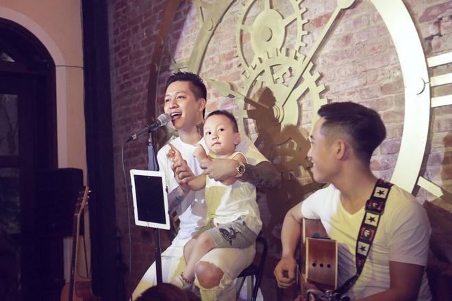 Tuan Hung tang vo 99 doa hong nhan ngay sinh nhat hinh anh 2