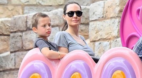 Angelina Jolie dua cac con dao choi Disneyland hinh anh