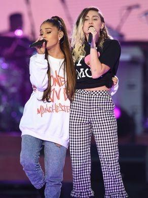 Ariana Grande cung loat sao hat tuong nho nan nhan khung bo Manchester hinh anh 1