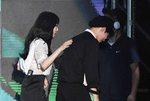 Taeyeon (SNSD) than thiet tro chuyen voi EXO tai Asian Song Festival hinh anh