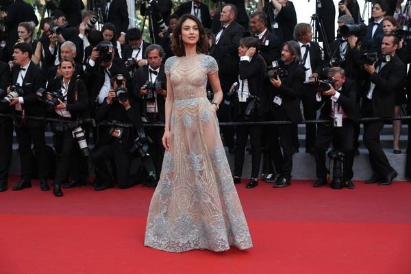 Olga Kurylenko tren tham do Cannes hinh anh