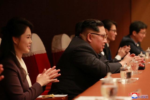 Ong Kim Jong Un xuc dong khi xem sao Kpop bieu dien nhac hinh anh 2