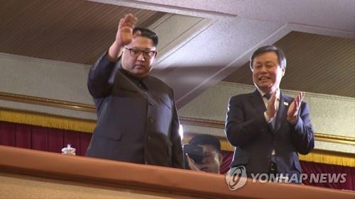Ong Kim Jong Un xuc dong khi xem sao Kpop bieu dien nhac hinh anh 7