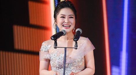 Huong Tram lap cu dup giai thuong tai Zing Music Awards 2017 hinh anh