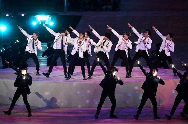 Ca khuc cu cua EXO, 2NE1 sot tro lai sau Olympic Pyeongchang 2018 hinh anh