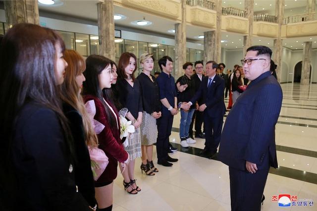 Ong Kim Jong Un xuc dong khi xem sao Kpop bieu dien nhac hinh anh