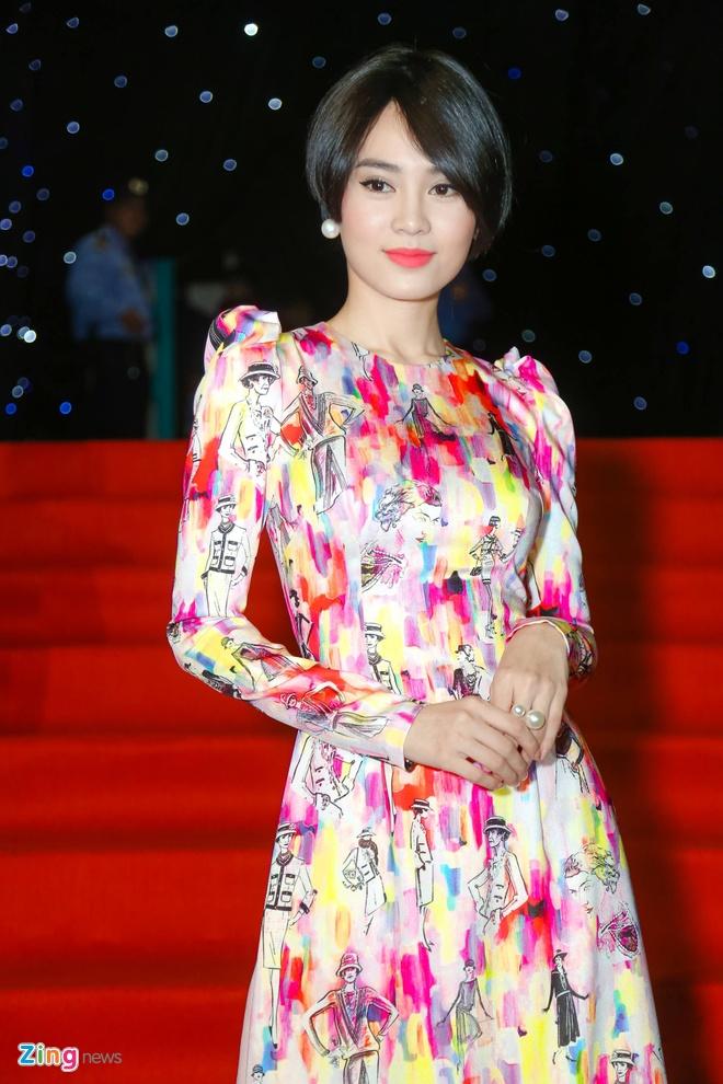 Son Tung, Angela Phuong Trinh gay chu y tren tham do Fashion Week hinh anh 10