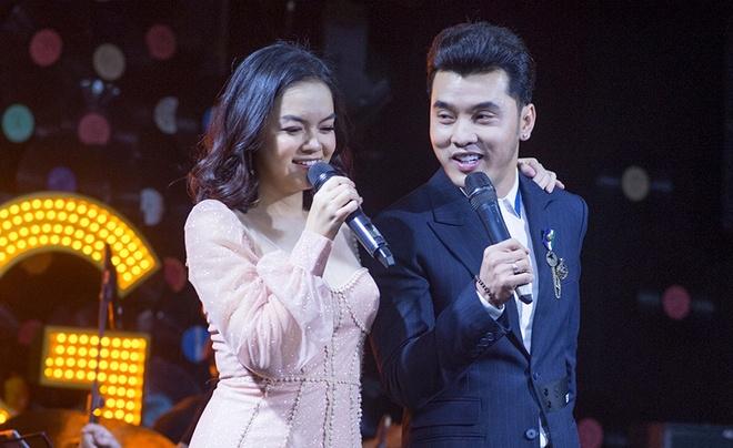 Ung Hoang Phuc, Pham Quynh Anh on lai ky niem qua loat hit dinh dam hinh anh