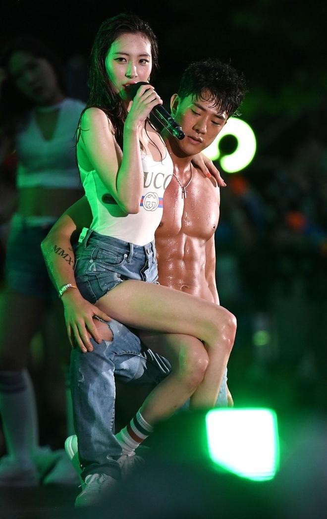 Hai 'nu than quyen ru' Kpop do ve sexy khi dien chung su kien hinh anh 6