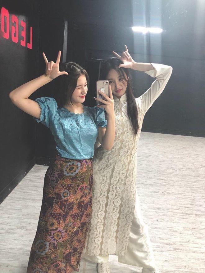 Nhom nhac Han mac ao dai Viet Nam bieu dien tren song truyen hinh hinh anh 7