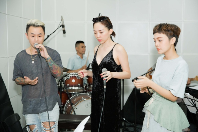Doi Toc Tien gap su co, phai doi ca khuc truoc chung ket The Voice hinh anh 1