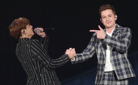 BTS 'vo vet' giai thuong, bi pho giong khi ket hop Charlie Puth hinh anh