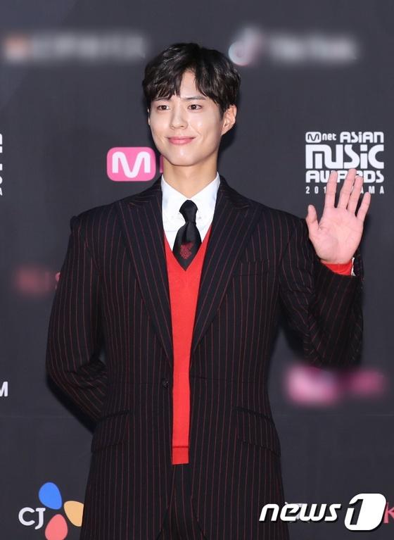 Park Bo Gum, Twice va dan sao hang A xu Han hoi tu tren tham do MAMA hinh anh 10