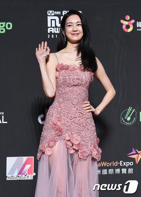 Angela Baby, Song Joong Ki noi bat giua dan than tuong dinh dam Kpop hinh anh 3