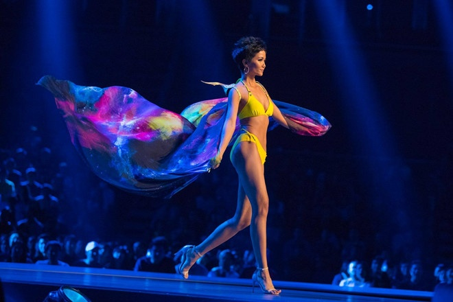 Nghe si, khan gia Viet tu hao khi H'Hen Nie lot Top 5 Miss Universe hinh anh