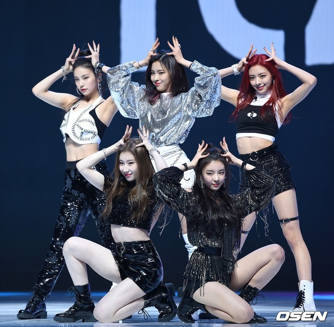 ITZY trong buoi showcase anh 2