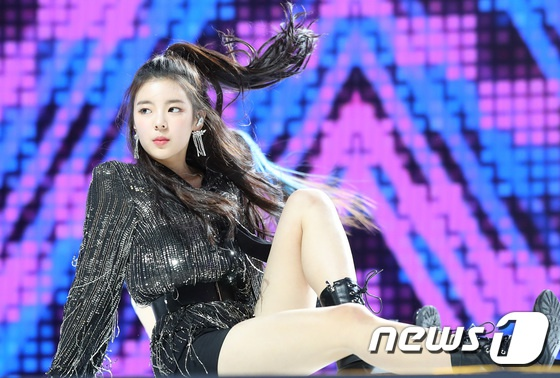 ITZY trong buoi showcase anh 12