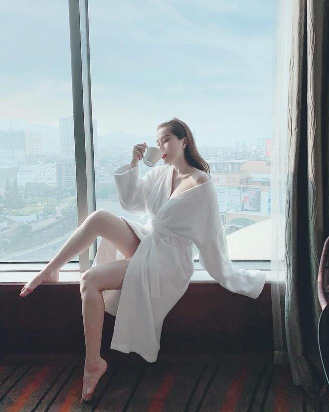 'Ban gai' Son Tung nong bong, Hien Ho nhu photoshop loi khi khoe chan hinh anh 4