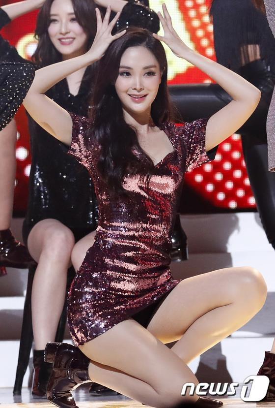 Tan Hoa hau Han Quoc nhay sexy truoc gio phut dang quang hinh anh 5