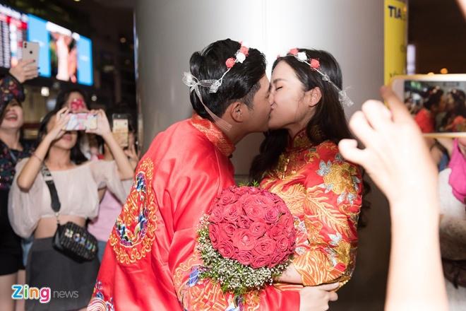 Cặp đôi trao nhau nụ hôn ngọt ngào trước sự chứng kiến của đông đảo người hâm mộ.