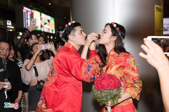 Ngay sau khi Ông Cao Thắng, Đông Nhi xuống sân bay, người hâm mộ vây kín và yêu cầu cặp đôi thay trang phục, tái hiện màn cầu hôn, thậm chí thực hiện các nghi lễ tượng trưng cho ngày cưới.