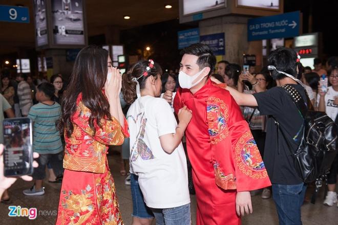 Đông đảo người hâm mộ đến đón 2 ca sĩ. Họ mang theo lễ phục màu đỏ, mâm quả cưới, hoa, bánh kem để gây bất ngờ cho thần tượng.