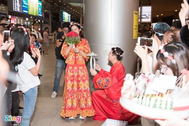 Ông Cao Thắng cũng quỳ gối, tái hiện màn cầu hôn với Đông Nhi.Trước đó, vào 9/7, Đông Nhi khoe ảnh chụp chung với Ông Cao Thắng. Đặc biệt, cô đeo nhẫn kim cương ở ngón áp út và viết: