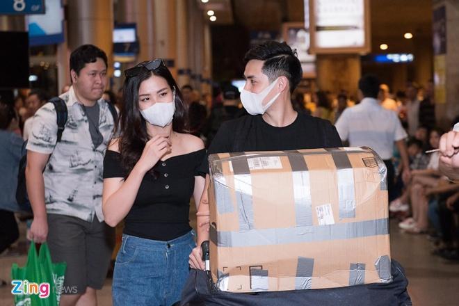 Đêm 12/7, Đông Nhi và Ông Cao Thắng trở về sau chuyến du lịch tại New York (Mỹ). Đây cũng là lần đầu cặp đôi xuất hiện sau màn cầu hôn gây xôn xao cộng đồng mạng vào 9/7.