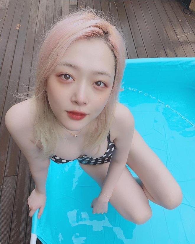 'My nu thi phi' Sulli dien bikini, tao dang gay tranh cai hinh anh 2