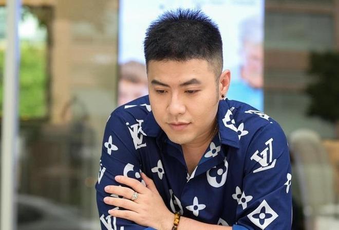 Akira Phan giam show, bi che phat tuong truoc khi hut mo toan than hinh anh