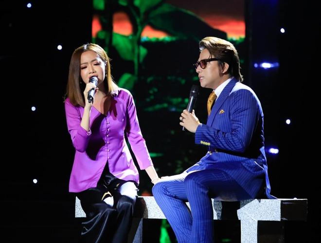 Phuong Trinh Jolie bi Minh Luan cuong hon tren san khau hinh anh 4