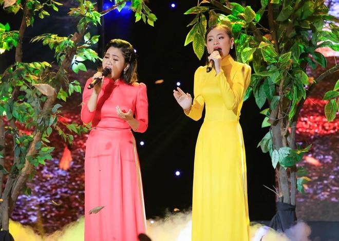 Phuong Trinh Jolie bi Minh Luan cuong hon tren san khau hinh anh 6